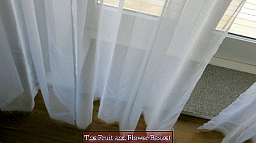 Remove oil stains in curtains with hand washing paste