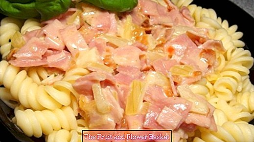 Pasta with ham and cream sauce