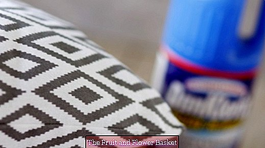 Remove mold from textiles with chlorine cleaner - Domestos & Co