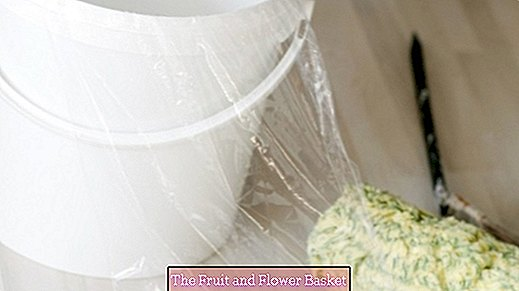 Save work: paint bucket for wall paint with foil